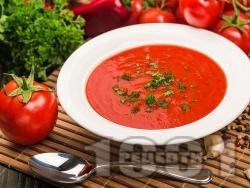 Крем супа от домати, червени чушки и лук поднесена с крутони - снимка на рецептата